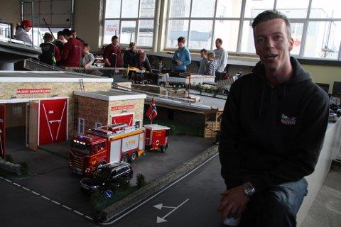 BYGGMESTER: Kenneth Bjerkesmoen fra Holmestrand bygde denne brannbilen og -stasjonen. – Jeg brukte 1.300 timer, sier samboeren. Og da stoler vi på det, sier han.