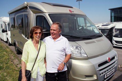 NOE BLIR DET: Rolf og Anne Mari Lian fra Lier har regnet på det, og kommet fram til at de må kjøpe enten bobil eller campingvogn.