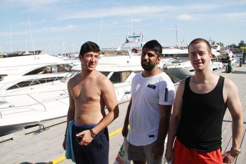 STØRRE ENN HUSET MITT: Lotfrahman Rahimi (fra venstre), Khaled Pasdar og Anders Westheim fra Drammen lot seg imponere over båtene som la til i Holmestrand.