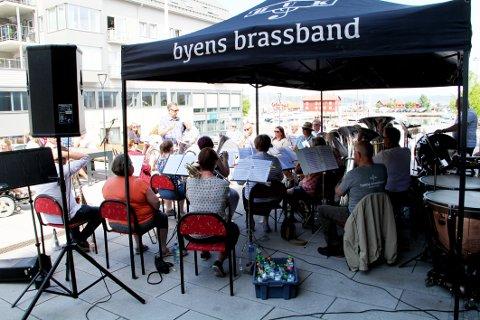 SPILTE: Holmestrand Ungdomskorps ga byen et musikalsk innslag fra Dr. Graaruds plass lørdag ettermiddag.