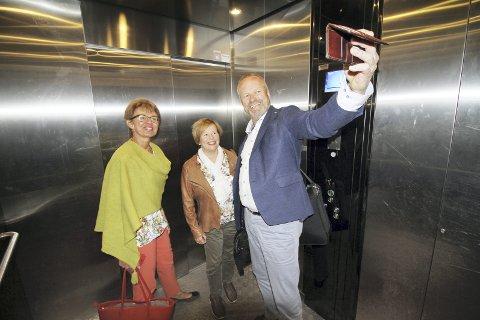 Selfie i heisen: – Jeg har flere hundre selfier fra heiser, sier Ivar Odnes, som fikk sin selfie fra Holmestrand. Denne gangen i heisen med Kathrine Kleveland og Siv Mossleth, og første selfie fra en fjellheis som den i Holmestrand. Foto: Pål Nordby