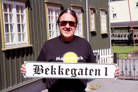 LOKALPATRIOT: Skiltet levner ingen tvil om hva Rolf Arnesen mener denne gata fortsatt burde hete.