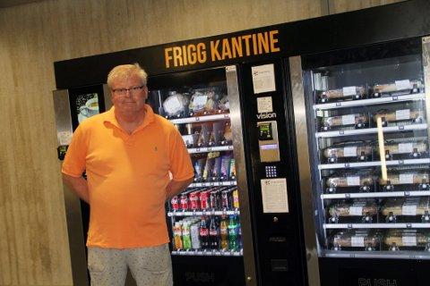 STORSATSING: Tom Karlsen Sørbys firma Norgescatering står for utvalget i den nye automaten ved Holmestrand stasjon.