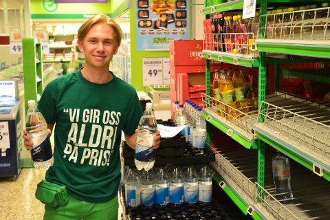 HAMSTRING: - Folk kjøper tre-fire flasker om gangen. Vann uten smak eller kullsyre er mest populært, sier Kristian Kleppe.