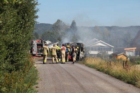 Brannvesenet møtte opp mannsterke da en bil tok fyr i Hof.