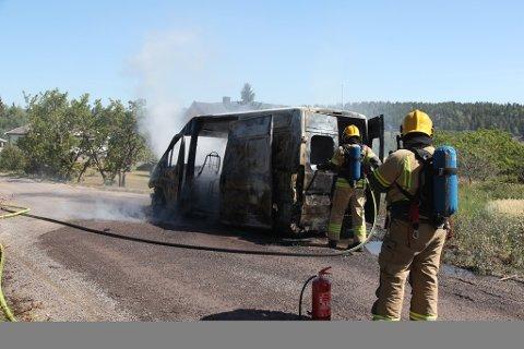 Bilen brant fullstendig ut.