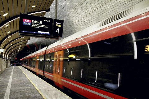 Tålmodighetsprøven: Vedlikehold og «buss for tog» eller trøbbel og «buss for tog». Pendlerne er et tålmodig folk i påvente av full InterCity. Foto: Pål Nordby