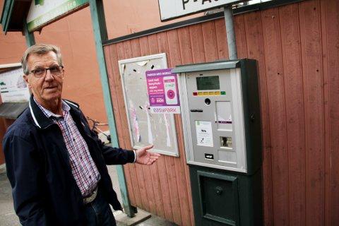 FRUSTRERT: Helge Dignes skulle ha gratisbilletten han hadde krav på, men automaten fulgte ikke med på notene.