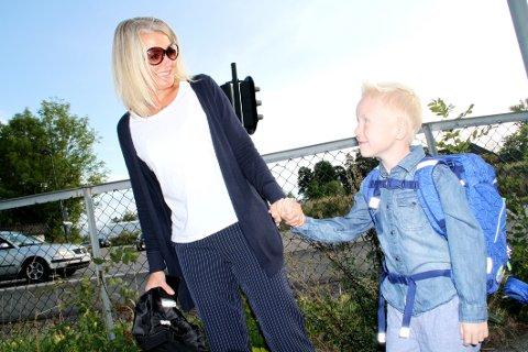SKOLESTARTER: Samuel Aas på vei inn portene med mamma Veronica S. Aas. Samuel gleder seg særlig til å klatre – og å lære å lese.