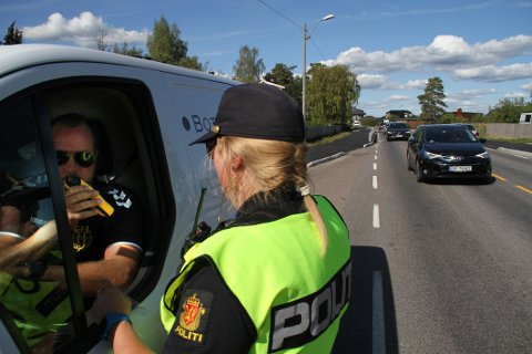 KONTROLL: Rune Norhall var blant dem som måtte blåse i alkometeret da politiet holdt kontroll på Hvitstein. Det gikk selvfølgelig helt fint for hans del.