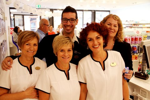 NYE LOKALER: Apoteker Nuno Brito, regionsjef Line Lantz (bak) og de ansatte Turid Lund Stenberg (foran fra venstre), Berit Stenberg og Katarina Vukotic er storfornøyde med sin nye arbeidsplass.