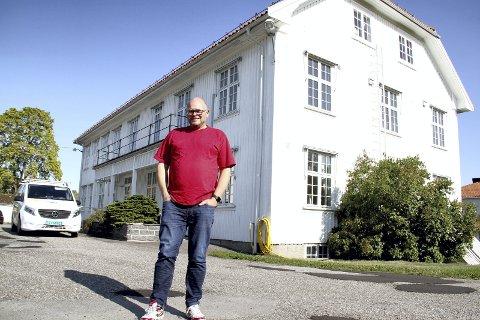 GLEDER SEG: Kirkeverge Øivind Eismann gleder seg til kirkekontorene i Holmestrand, Hof og Sande blir samlokalisert her i herredshuset i Hof. Foto: Lars Ivar Hordnes