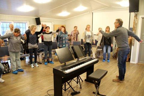 ØVELSE: Dirigent og pianist Dag Eivind Holhjem varmer opp med koret foran nok en øvelse i Speiderhuset. Søndag feirer Holmestrand Gospelkor fem år med konsert i Holmestrand kirke.