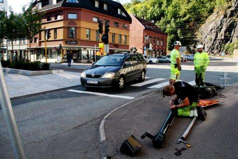 FJERNES: Joakim Henriksen (i forgrunnen) og kolleger fra Statens Vegvesens elektroentreprenør Set Elektro fikk lysstolpen ut av faresonen mandag formiddag.