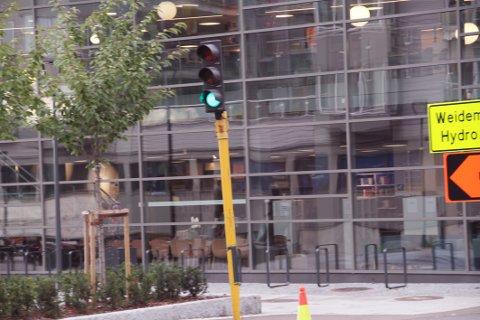 GRØNT: Trafikken måtte vente mens lyssignalene viste grønt i en gate som ikke er i bruk.