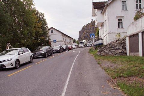 LANG KØ: Kort etter klokken 08 begynte køen å strekke seg helt opp til Kleivbrottet.