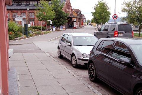 I FARESONEN: På dette hjørnet går mange i parkeringsfella. Eieren av den sølvgrå bilen risikerer her bot for å stå for nær krysset.