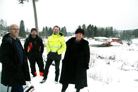 FØRSTE SPADETAK: Lennert Kristoffersen (daglig leder LKC, fra venstre), Arne Johan Bu (Jar Anlegg), Hans-Asbjørn Gunnerød (prosjektleder LKC) og Randi Skinnes (LKC Bolig) konstaterer at arbeidene på Øvre Solsiden er i gang.