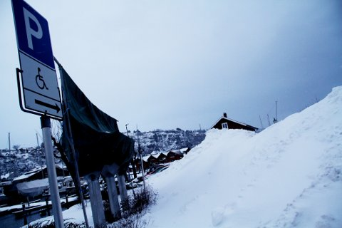 VANSKELIG TILGJENGELIG: Brøytemannskapene har valgt handikapparkeringen som sted å dumpe snømengdene fra kommunens parkeringsplass på Krana.
