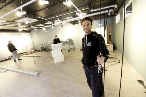 Gleder seg: Jørgen Sælø i Ht-Club Holmestrand gleder seg til han kan ta de nye lokalene i bruk. Treningssenteret flytter inn i Havnegaten 7 i lokalene etter apoteket. Foto: Jarl Rehn-Erichsen