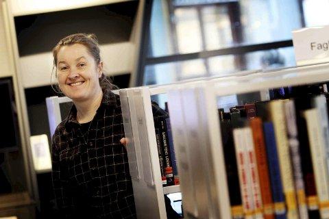 Trine Bergstå gir seg biblioteksjef i Holmestrand, men hun fortsetter som bibliotekar. - Jeg trenger en enklere hverdag med mine barn, sier hun.