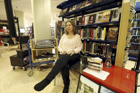 I Hof: Torill Thorup fortalte om livet som forfatter på heltid for 15–20 tilhørere i Hof bibliotek torsdag. Hun er utdannet hjelpepleier, men har vært forfatter på heltid siden 2004. Foto: Pål Nordby