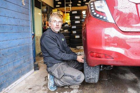 TUNGT: Trond Gjerde har skiftet mange dekk gjennom 34 år i Dekkbutikken. Også i år er det fullt trøkk nå på høsten.