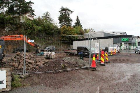 ARBEIDET ER I GANG: Den tidligere boligeiendommen i Holtungveien er i ferd med å bli parkeringsplass for Kiwi-butikken.