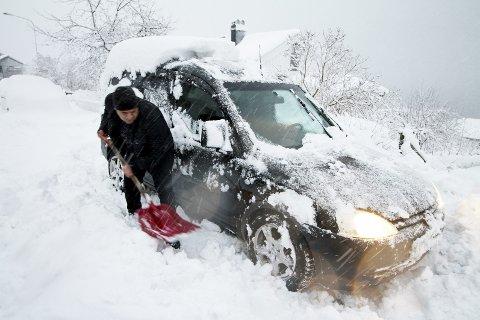 Plutselig skjer det: Overraskelsen kommer i form av snø, da er det greit med vinterdekk. Arkivfoto: Pål Nordby