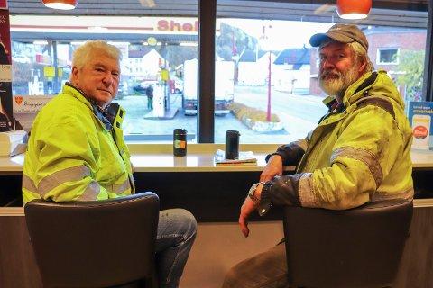 FASTE KUNDER: Jan Erik Duus Nielsen og Roger Trandem synes det er trist at bensinstasjonen i sentrum skal legges ned. De har vært faste kunder i alle år.