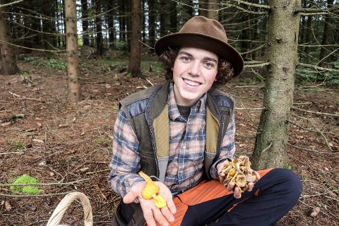 INGEN A4-PERSON: Daniel Aall Skillinghaug (18) trives best i skogen der han kan plukke sopp.