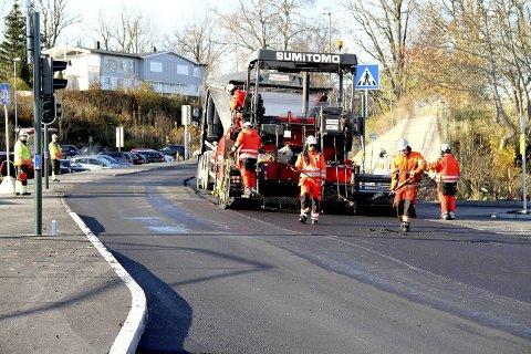 SISTE HÅND PÅ VERKET: Tirsdag ettermiddag var forholdene for asfaltering ved Ekeberg optimale. Foto: Lars Ivar Hordnes