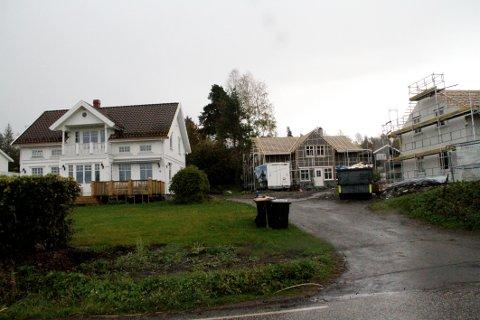FORTETTING: Husene på de to utskilte tomtene nærmer seg nå ferdigstillelse. Til venstre det eksisterende huset på eiendommen.