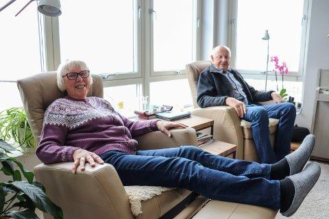 SUPERFORNØYDE: Kari-Lise og Tor Hansen er veldig fornøyde med den nye leiligheten i Strandholmen 1. De koser seg mye i godstolene med utsikten over vannet og Dulpen.