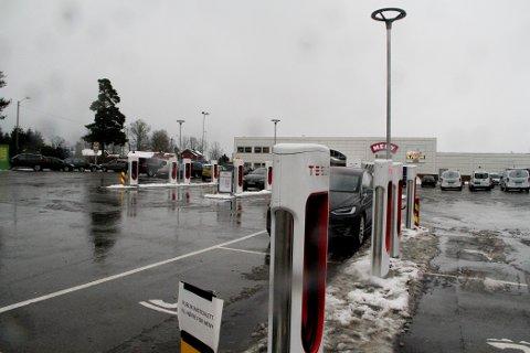 HAR GITT ET LØFT: Tesla-eiernes behov for mat- og toalettpauser mens de lader, har ført til utbyggingen som nå foregår ved Meny-bygget i bakgrunnen.