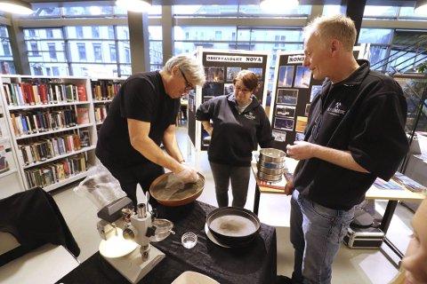 Jakten på mikrometeoritt: Jon Larsen bruker en magnet for å trekke ut mulig mikrometeoritter fra takstøvet som Stig Larsen (Th) samlet inn på et tak på Kleivbrottet.alle foto: jarl Rehn-Erichsen