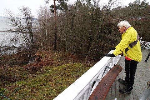 LETEAKSJON: Nødetatene lette med hund, båt og varmesøkende kamera, men ingen ringte nærmeste nabo Per Enholm.