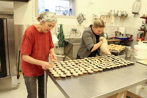 HEKTISK FØR JUL: Mor og datter - Hanna Grethe Langeland og Gunn Langeland baker mye før jul.