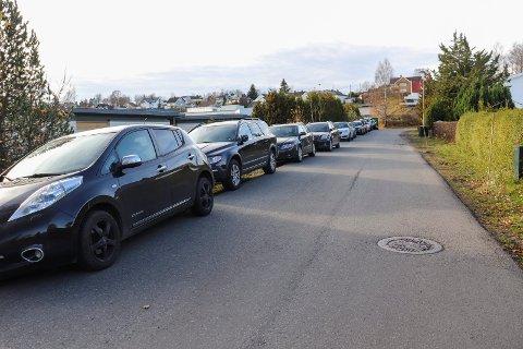 FULLT: Roveveien ved sykehjemmet blir flittig brukt som parkering langs veien, men nå skal det bli parkering forbudt her.