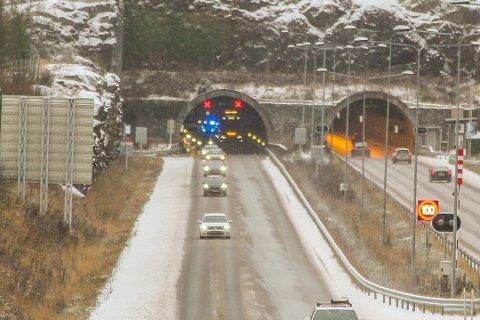E18-KOLLISJON: Det er er køer og trafikkdirigering etter ulykken.