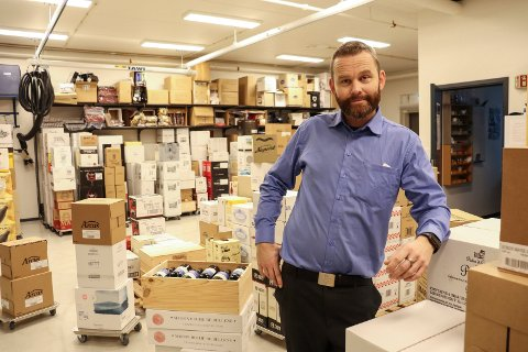 NESTEN SALGSREKORD: Butikksjef Allan Jakhelln i Vinmonopolet i Holmestrand forteller at lille julaften var den nest beste salgsdagen de siste sju årene.