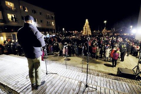 Julegateåpning: Masse folk, god stemning og julegrana som ble tent søndag 1. advent. Foto: Pål Nordby