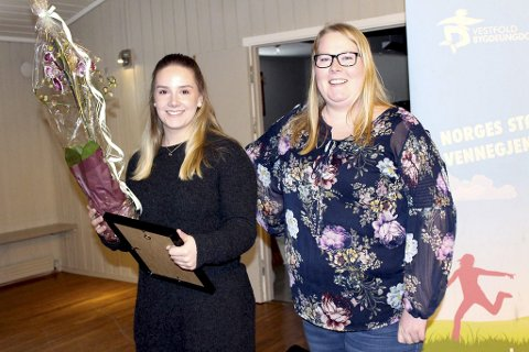 PRISVINNER: Jacqueline Krögerrecklenfort (til v.) i Botne og Hillestad bygdeungdomslag. Foto: Vestfold Bygdeungdomslag