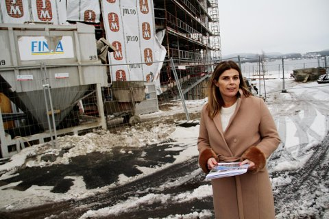 UTSOLGT: Megler Elin Bøe har forlengst solgt ut alle leilighetene i bygget i bakgrunnen. Nå er hun og JM godt i gang med neste prosjekt på Strandholmen.