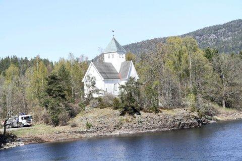 ET SMYKKE: Eidsfoss kirke framstår som et smykke ved Eikerens bredder. ARKIVFOTO