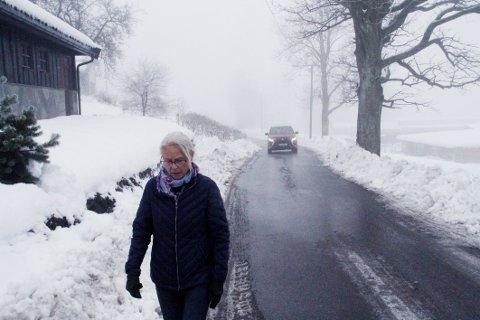BEKYMRET: Grete Rygh er kritisk over brøyteforholdene i Roveveien og frykter at det kan føre til konsekvenser.