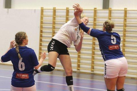 Kraftfullt: Her svever Elin Svele høyt over Åssiden-forsvaret i søndagens kamp. Foto: Pål Nordby
