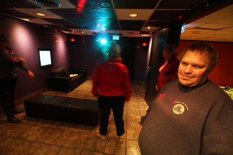 Her åpner Juno nattklubb med helt nytt diskolys. Lars Inge Svenseid har brukt mye tid på å få alt klart.