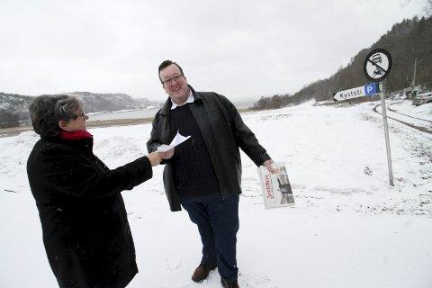 Velkommen: Kommuneplanlegger Inger Christensen ønsker Mulvika-beboer Jan Kristian Hverven velkommen til Holmestrand.     foto: jarl Rehn-Erichsen