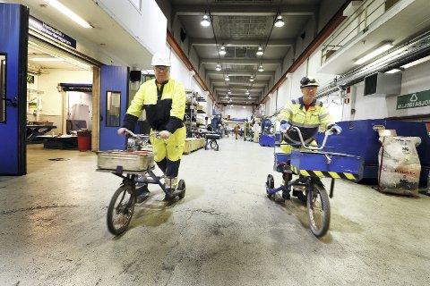 Med sparkesykkel og verktøykasse: Frank Andersen og Øistein Eliassen, på Hydros mekaniske verksted, har holdt sammen i arbeid og fritid i 49 år. Foto: Pål Nordby